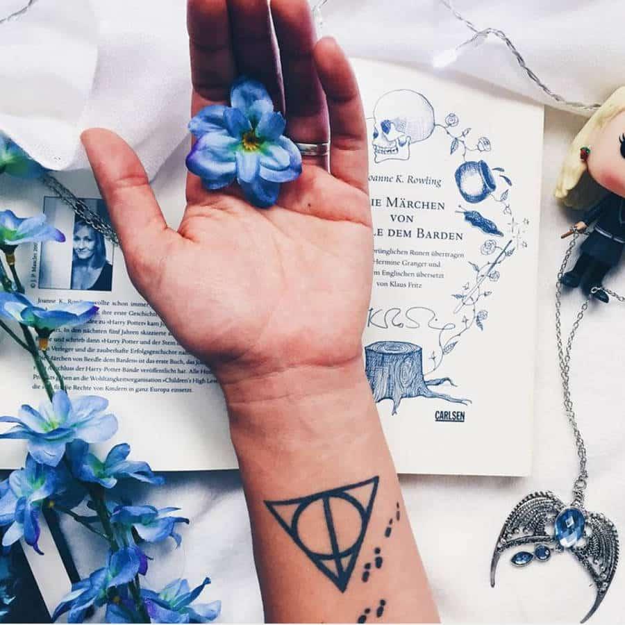 Tatouage Harry Potter - sigle des reliques de la mort et pas de la carte du maraudeur