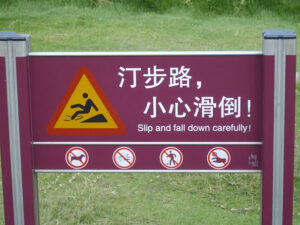 "Top 10 des erreurs de traduction : ""Slip and fall down carefully"""