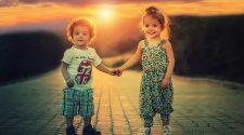Deux enfants qui se tiennent par la main