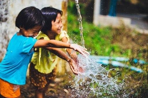 Des enfants qui jouent avec de l'eau