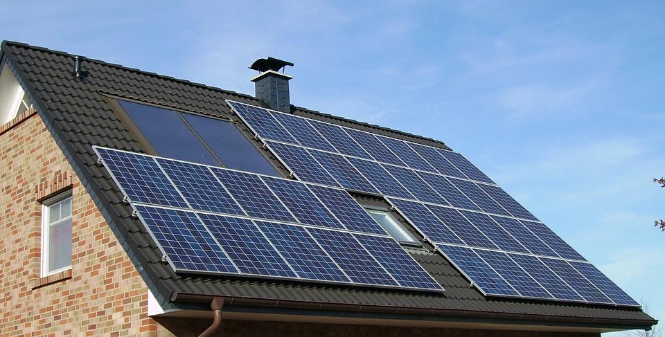 Panneaux photovoltaïques: quand, pourquoi et comment les nettoyer?