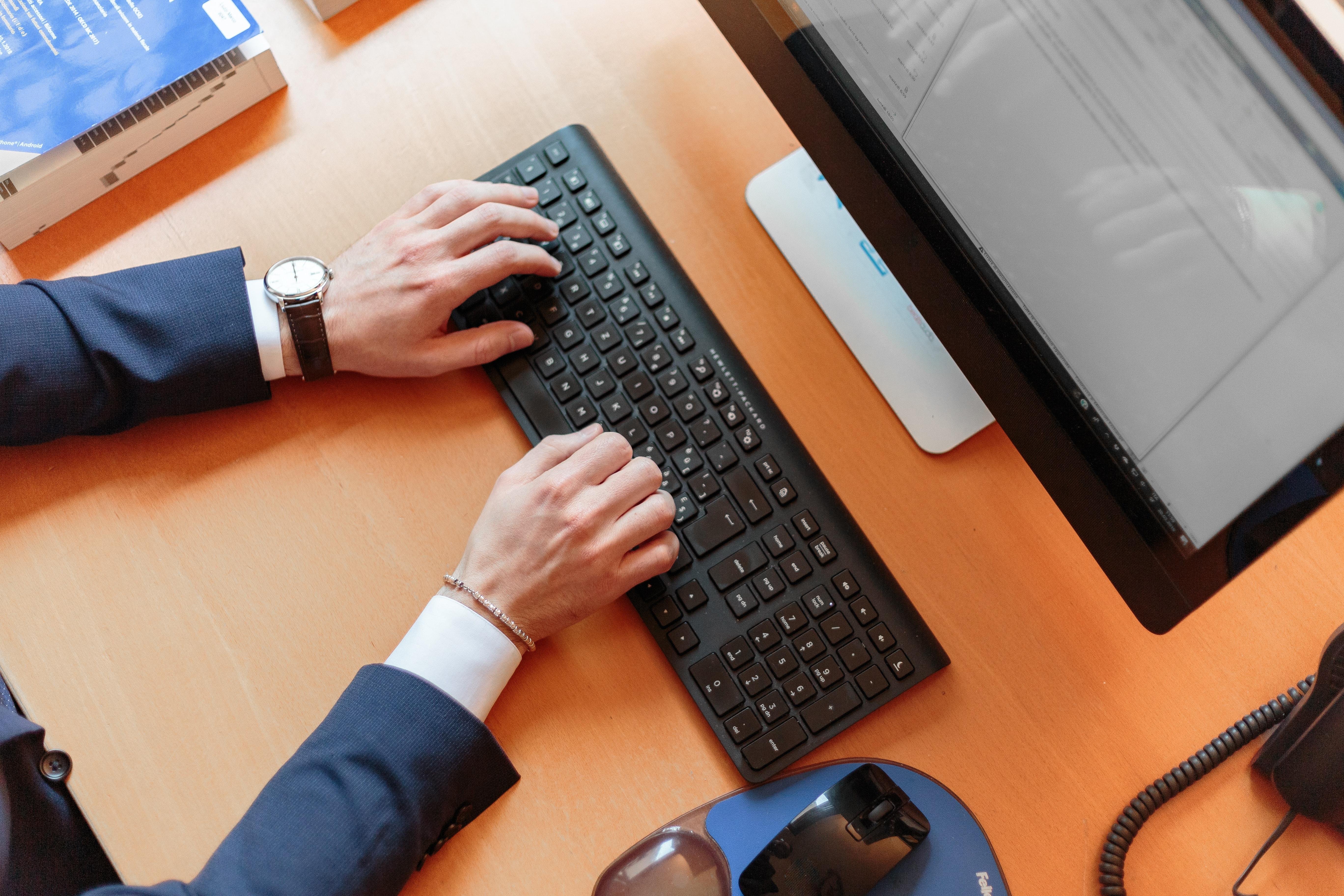 Un homme qui travaille sur ordinateur